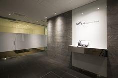 「デジタル・アドバタイジング・コンソーシアム株式会社」のオフィスデザイン - WALL(ウォール) Office Entrance, Office Reception, Hospital Design, Lobby Design, Office Interiors, Doors, Interior Design, Wall, Furniture