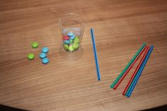 Jeu d'adresse pour enfant (anniversaire, fête ...) Aspirer le plus de smarties hors du verre à l'aide d'une paille, qui sera le plus rapide ?