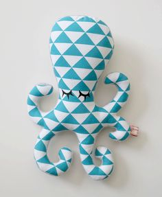 Peluche Hochet Pieuvre Poulpy tons bleu pétrole blanc gris à motifs graphiques triangles style scandinave par Baby Pillows, Kids Pillows, Animal Pillows, Fabric Toys, Fabric Crafts, Fabric Fish, Cute Sewing Projects, Handmade Stuffed Animals, Fabric Stamping