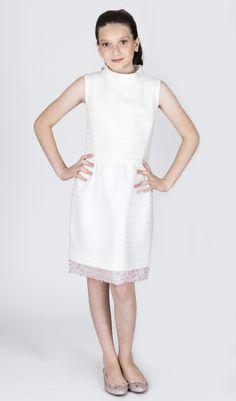 Teen Collection 2018 - Ateliê Esther Bauman Acquastudio.  Vestido curto off white com barrado bordado e gola alta.