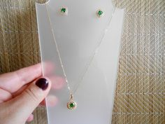 Corrente 45 cm e pingente + brincos swarovisky esmeralda, tudo banhado ( 2 banhos) ouro 18k.    Um luxo de conjunto, digno de uma mulher elegante e linda !    garantia 12 meses. R$ 99,99