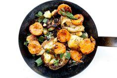 Buttrige Kartoffeln, scharfe Aprikosen mit Chili und dazu eine frische Quarkcreme mit Minze und Basilikum. Eine unglaublich leckere Kombination die ich wärmstens und laufwarm empfehlen kann.