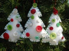 White felt and button Christmas tree ornaments. White felt and button Christmas tree ornaments. Felt Christmas Decorations, Christmas Ornaments To Make, Christmas Sewing, Noel Christmas, Felt Ornaments, Homemade Christmas, Christmas Projects, Holiday Crafts, White Christmas