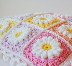 Crochet Daisy granny square pillow - link to free tutorial