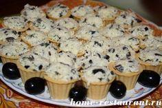 Сырный салат в тарталетках с маслинами и чесноком