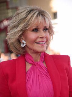 Jane Fonda Photos - Jane Fonda is seen outside 'Book Club' Premiere at Regency Village Theatre in Los Angeles, California. - Jane Fonda Outside 'Book Club' Premiere Jane Fonda Hairstyles, Mom Hairstyles, Hairstyles Over 50, Short Hairstyles For Women, Straight Hairstyles, Trendy Hairstyles, Short Hair With Layers, Layered Hair, Short Hair Cuts