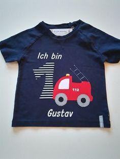 Ihr seht hier ein wunderschönes Shirt zum Geburtstag kleiner Feuerwehrfans. Es ist versehen mit der gewünschten Zahl, dem Namen des Kindes und einem knallroten Feuerwehrauto! Da werden kleine Augen...