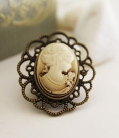 I love victorian clothing and jewelry!
