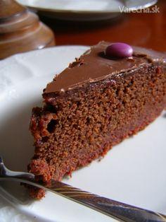 Šťavnatučký čokoládový koláč! Celé leto som sa ho chystala vyskúšať a až teraz som si  naň našla čas. Oplatilo sa! Recept som našla v prílohe smeŽeny.