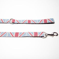 A Purplebone best-seller, this Union Jack dog lead is ideal for the patriotic local, or the perfect gift. Light-weight and hard wearing, the Union Jack print sits on a linen fabric with high quality webbing. Finish the look with a matching Union Jack bow tie collar.