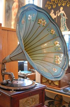 Antique Record Player, Retro Record Player, Record Players, Prop Design, Phonograph, Vintage Couture, Victorian Homes, Vintage Photos, Decoration