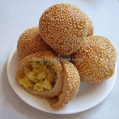 Nom Kroch: literary means orange cake or orange ball. Made of sticky rice, mung bean, shredded coconut and sesame. This is my childhood memory. Laos Desserts, Asian Desserts, Asian Recipes, Cambodian Recipes, Cambodian Food, Family Background, Delicious Desserts, Yummy Food, Laos Food