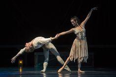 Carmen (Andreza Randisek) y Don José (Luis Ortigoza). Funciones del 3 al 6 de septiembre. Foto: Patricio Melo. — en Teatro Municipal de Santiago.