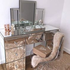 #VanityGoals right here.    In love with this mirrored vanity, yes please!  Tag a friend that needs this!   #houseoflashes #lashes #lashgamestrong #vanity #mirroredvanity #goals