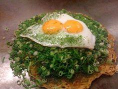ぶち旨屋 ネギかけ肉玉そば(イカ天入り) 1,100円 プラス 半熟双子月見のせ100円 BUCHIUMAYA (Shinjuku) Hiroshima-style has soba (egg noodles) & shredded cabbage in between a thin layer of crepe. There are only a handful of okonomiyaki restaurants in Tokyo as good as the one's in Kansai or Hiroshima, and BUCHIUMAYA at Shinjuku is one of few good Hiroshima-style okonomiyaki restaurant