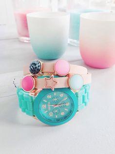 Zacht roze wikkelarmband en turquoise horloge van www.bynorr.nl