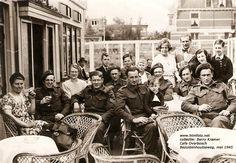 Een ploeg bevrijders in mei 1945 bij cafe Overbosch, Bezuidenhoutseweg foto uit de collectie van Berry Kramer