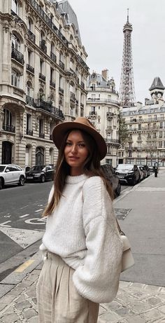 Livia with hat Eiffel Tower Photography, Wearing A Hat, Winter Hats, Hipster, How To Wear, Style, Fashion, Swag, Moda