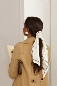 Warm Outfits, Fall Winter Outfits, Classy Outfits, My Hairstyle, Scarf Hairstyles, Mode Bcbg, Style Parisienne, Paris Mode, Neutral Outfit