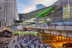 JR Osaka with Pedestrian Hustle #namtastic #hdr #rx100 #sony #camera #sonyrx100 #cybershot #rx100m3 #photography #street #longexposure #osaka #umeda #japan http://namtastic.com/light-trails-long-exposure-photography-osaka/