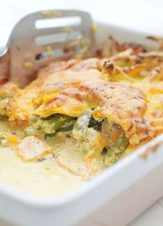 Wat kan vis toch heerlijk zijn! De zalm combineert in dit ovenschotel met zalm recept heerlijk met de zoete aardappel, de boontjes en de tomaatjes. Gezond smullen! Fish Recipes, Seafood Recipes, Vegetarian Recipes, Healthy Recipes, Oven Dishes, Fish Dishes, Clean Eating Recipes, Healthy Eating, Bon Appetit