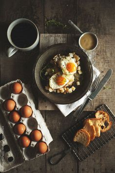 Delicious fried eggs with home fries and gravy Breakfast Photography, Food Photography Styling, Food Styling, Breakfast Time, Breakfast Recipes, Foodblogger, Latte Art, Aesthetic Food, Food Pictures
