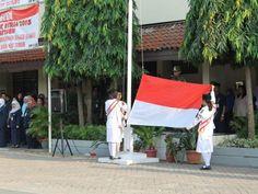 Siswa mengibarkan bendera sang merah putiH