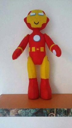 Homem de Ferro, boneco articulado, feito em feltro, mede 37cm.