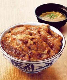 定番の「焼き牛丼(味噌汁付き)」。価格は並盛り290円