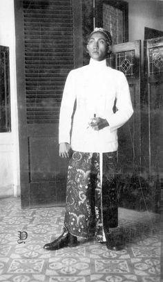 Potret pria Jawa, sekitar 1925 Traditional Thai Clothing, Indonesian Women, Surakarta, Dutch East Indies, Javanese, Personal Branding, Southeast Asia, Bali, Neutral