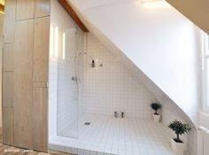 shower under the eaves - would this not just splash the floor with tons of water?