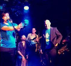 Blije gezichten op het podium én in de zaal bij het reünieconcert van de veelkoppige funkband Gellybooty afgelopen vrijdagavond in dB's in Utrecht.