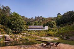 Construite à flanc de montagne dans un parc naturel au Portugal, la Maison Gerês est une création du studio Carvalho Araújo. Principalement construite en b