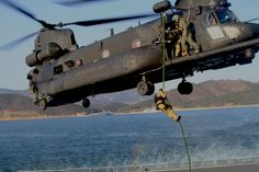 US Navy SEALs fast-rope onto a ship's deck from a US Army Chinook… Boeing Ch 47 Chinook, Chinook Helicopters, Military Helicopter, Military Aircraft, Naval Special Warfare, Us Navy Seals, Special Forces, Special Ops, Us Army