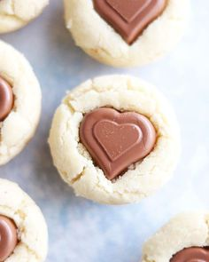 Sväng ihop ett par chokladgrottor och ge bort till någon du tycker om! Med chokladhjärtan blir de enkelt alla hjärtans-dag pimpade men du kan såklart välja den choklad du gillar bäst! Recept och steg för steg bilder hittar du på min blogg @mykitchenstories.se #småkakor #allahjärtansdag #hembakat #köketse