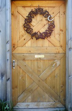 Wire horseshoe wreath - great for any time of year! | http://Biltong.Ninja Horseshoe Projects, Horseshoe Crafts, Horseshoe Art, Horseshoe Ideas, Equestrian Decor, Western Decor, Country Decor, Rustic Decor, Dream Stables