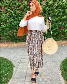 Bohemian hijab style looks Modern Hijab Fashion, Muslim Fashion, Boho Fashion, Fashion Outfits, Islamic Fashion, Hijab Style, Hijab Chic, Moncler Jacket Women, Hijab Trends