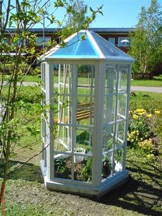 Ett annorlunda växthus Greenhouse Shed, Cold Frame, Outside Living, Enchanted Garden, Garden Structures, Garden Inspiration, Garden Ideas, Glass House, Yard Art