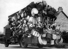 Auto van gemotoriseerde marskramer is overladen met potten, pannen, manden en nog veel meer huishoudelijke artikelen, Nederland, jaren 30.  Car of a peddler. The Netherlands, 1930 s.