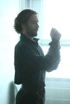 Tom Mison as Ichabod Crane in Sleepy Hollow. Even though I loved his character with long hair, I'm really liking the short hair for this season. Tom Mison, Sleepy Hollow Tv Series, Film Tim Burton, Orlando Jones, Bae, Horsemen Of The Apocalypse, Headless Horseman, Tv Episodes, Movie Theater