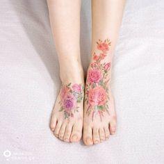 발등 위에 핀 장미부케 Rose bouquet is blooming💐  #꽃타투 #장미타투 #꽃 #장미 #부케 #꽃다발 #수채화타투 #아로새기다타투 #타투아티스트 #이태원타투 #타투 #타투디자인 #flower #flowertattoo #rose #rosetattoo #bouquet #watercolortattoo #arotattoo #tattooartists #tattoo #tattooed #tattooing #inked #tattoowork #tattooart #tattooworkers #tattooist_silo