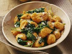 Kürbis-Gnocchi mit Spinat ist ein Rezept mit frischen Zutaten aus der Kategorie Blattgemüse. Probieren Sie dieses und weitere Rezepte von EAT SMARTER!