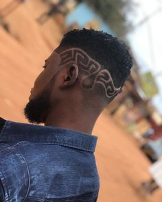 Doing my thing inside UNIVERSITY OF CAPE COAST 🔥🔥 at BBF barbershop @i_am_bbf_barber 🔥🔥 Africa best barber 💈 call me now if you're inside… Call Me Now, Best Barber, Cut My Hair, Barbershop, Cape, University, Africa, Barber Shop, Mantle