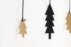 Basteln mit unserem Glitzerkarton passt nicht nur zur Weihnachtszeit. Dieser spezielle Effekt sorgt für aufsehenerregende Glitzereffekte bei Ihrer Tischdekoration. Lesen Sie dazu auch einen interessanten Blogbeitrag unter http://ellies.christinaa.de/funkelnde-weihnachtsbastelei-mit-glitzer/
