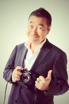 ゲスト◇山岸伸(Shin Yamagishi)1950年生まれ。俳優・アイドル・スポーツ選手・政治家などのポートレート撮影が中心。グラビア、雑誌、写真集、広告等幅広く活躍。写真集出版は350冊を超える。北海道遺産であるばんえい競馬を撮り続け、写真展・写真集を出版。帯広市観光大使に任命されている(現在、とかち観光大使)。写真展『瞬間の顔』は、2007年よりスタートし、今回で7回目を迎える。また、2009年3月23日に慢性骨髄性白血病と診断されたが、毎日、撮影していれば元気でいれると、現在も笑顔で治療中。(社)日本写真家協会 会員 とかち観光大使 特定非営利活動法人 ふるさとテレビ顧問。カメラマン山岸伸 公式ホームページ http://www.yamagishi-shin.com/