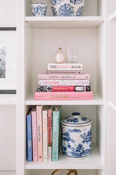 Vintage Home Decor For More Traditional Interior Design – BusyAtHome Living Room Designs, Living Decor, Home Decor Styles, Bookshelf Decor, Room Design, Home Decor, Traditional Decor, Decor Interior Design, Home Decor Inspiration