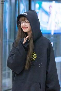 Jennie Lisa, Blackpink Lisa, South Korean Girls, Korean Girl Groups, Rapper, Blackpink Debut, Best Friend Quotes Funny, Lisa Blackpink Wallpaper, Iphone Wallpaper