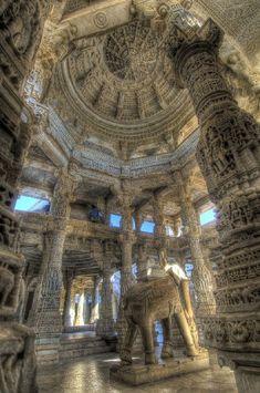 Jain Temple。 インドのジャイナ寺院。 柱はひとつとして同じものがないそうです。
