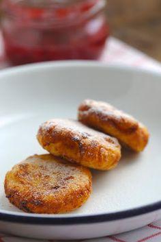 Syrniki , petites crêpes épaisses russes au fromage blanc