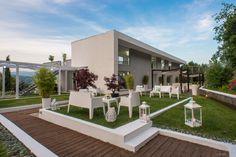 Villa Giordano - Location moderna, minimalismo, villa, garden. Wedding Events, Villa, Patio, Outdoor Decor, Home Decor, Minimalism, Trendy Tree, Decoration Home, Room Decor